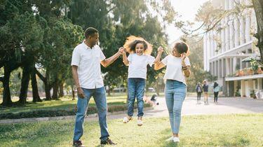 twee ouders die samen een optimistisch kind opvoeden