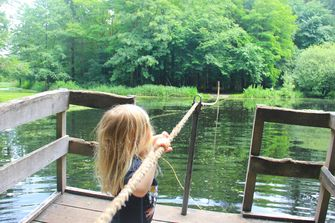 Kind in het Speelbos Roekpad in Drenthe