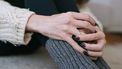 Vrouw die aan haar trouwring draait omdat ze twijfelt