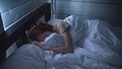Vrouw die in bed ligt omdat ze last heeft van PMS klachten vlak voor haar menstruatie weer begint