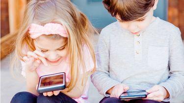 mobiele telefoon / kinderen spelen op mobiele telefoon