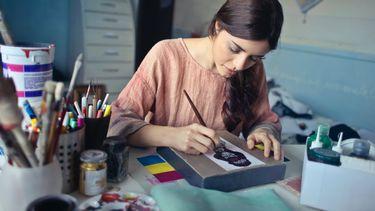 hobby / vrouw is aan het schilderen