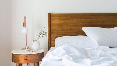 Interieur / Bed met nachtkastje