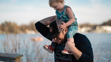 Vader heeft dochter op zijn nek
