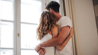 partner / koppel knuffelt elkaar