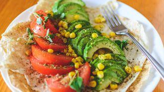 Koolhydraatarme lunch / Wrap met tomaat, mais en avocado