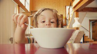 peuter die ongezonde voeding aan het eten is