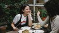 Vrouwen die samen aan tafel geen vlees eten omdat het de week zonder vlees is
