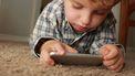 kind zit gehoorzaam op telefoon te spelen op basis van het montessori stappenplan