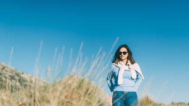 vrouw loopt in de duinen