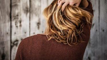 Haarverlies / Vrouw zit aan haar