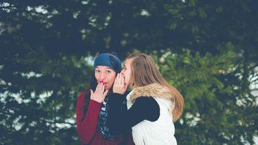 Twee vriendinnen vertellen geheimen aan elkaar