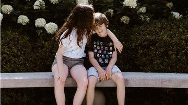 sterrenbeeld Vissen / broer en zus op bankje