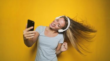 vrouw luistert vrolijke muziek