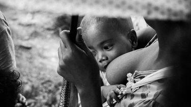 Foto van moeder die borstvoeding geeft in het openbaar