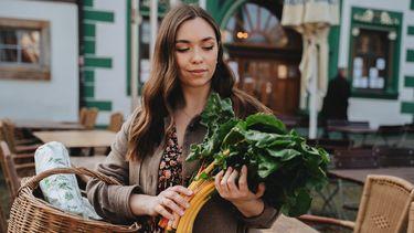 Vrouw die groene groente koopt die bevorderlijk zijn voor de vruchtbaarheid