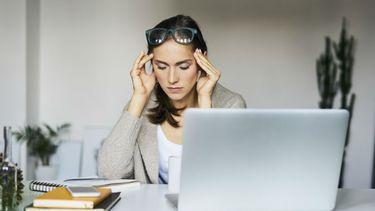 vrouw heeft stress achter haar computer