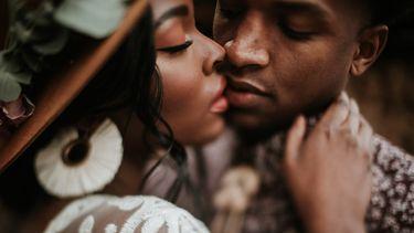 twee mensen willen elkaar kussen