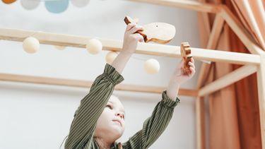 Kind dat aan het spelen is in een kinderkamer