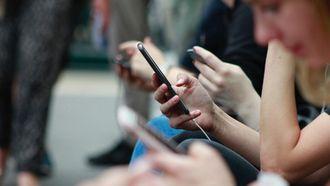 mensen in metro scrollen massaal op social media