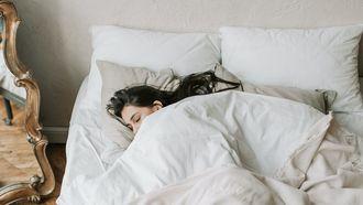 vrouw in bed, juiste temperatuur slaapkamer om in te slapen