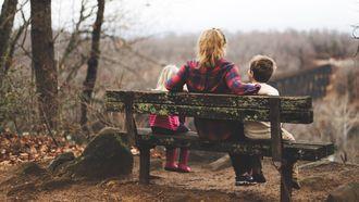 Moeder die met haar kinderen praat over de scheiding