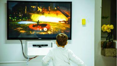 netflix tips veiligheid kinderen / kind staat voor de televisie