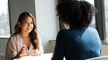 Vrouw die in salarisonderhandeling is met haar baas