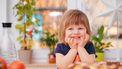 Een kind dat blij aan tafel zit omdat ze een simpeler leven heeft