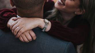 koppel knuffelt met elkaar