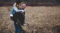 Vrouw op de rug van haar man, ze hebben tips gebruikt om relatie te verbeteren