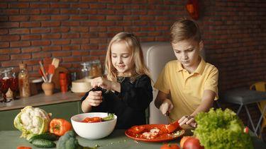 Kinderen die een recept maken met bloemkoolrijst dat past in een koolhydraatarm dieet