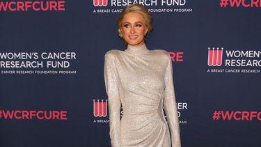 Paris Hilton poseert voor camera op evenement