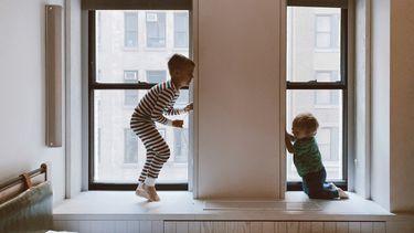 Kinderen die aan het spelen zijn tijdens een weekend thuis
