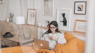 Vrouw die in bed zit en een film kijkt tijdens haar verlof
