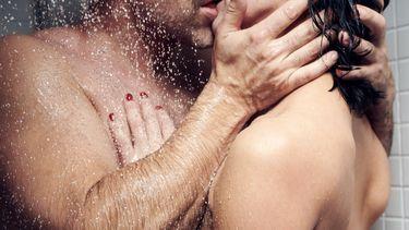 seksstandjes / koppel onder de douche zoent