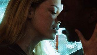 man en vrouw kussen elkaar sensueel