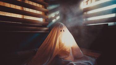 Kind verkleed als spook die enge uitspraken doet over een vorig leven