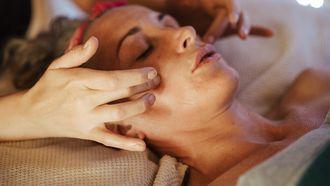 Bindweefselmassage voor je gezicht. Vrouw krijgt gezichtsbehandeling