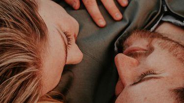 koppel dat verliefd naar elkaar kijkt