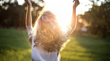 vrouw buiten in de zon die singles day viert