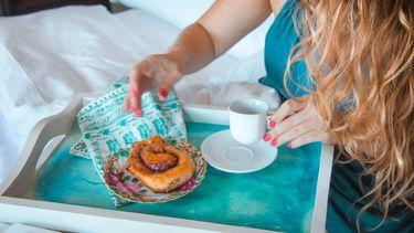 moeder krijgt ontbijt op bed