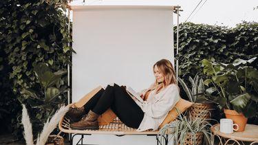moeder zit relaxt op een bankje