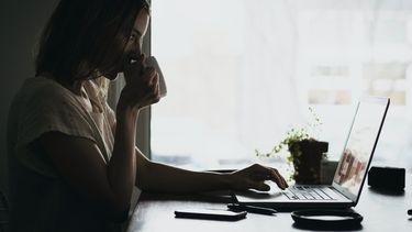 Vrouw die zich informeert op het internet voor een informed consent bevalling