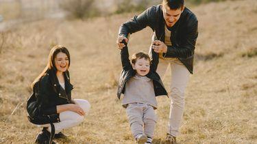 Materialisme / Ouders spelen met zoon