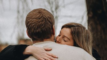 twee mensen knuffelen elkaar