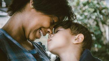 kind / moeder en zoon kijken elkaar aan
