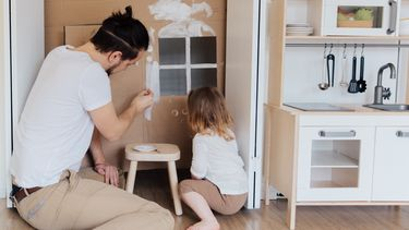 klein huis / vader speelt met kind