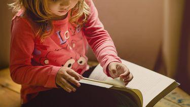 kind speel met een boekje