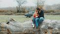 Stelletje dat op een boom zit, maar waarvan de vrouw zich afvraagt of haar vriend een narcist is en de checklist afgaat